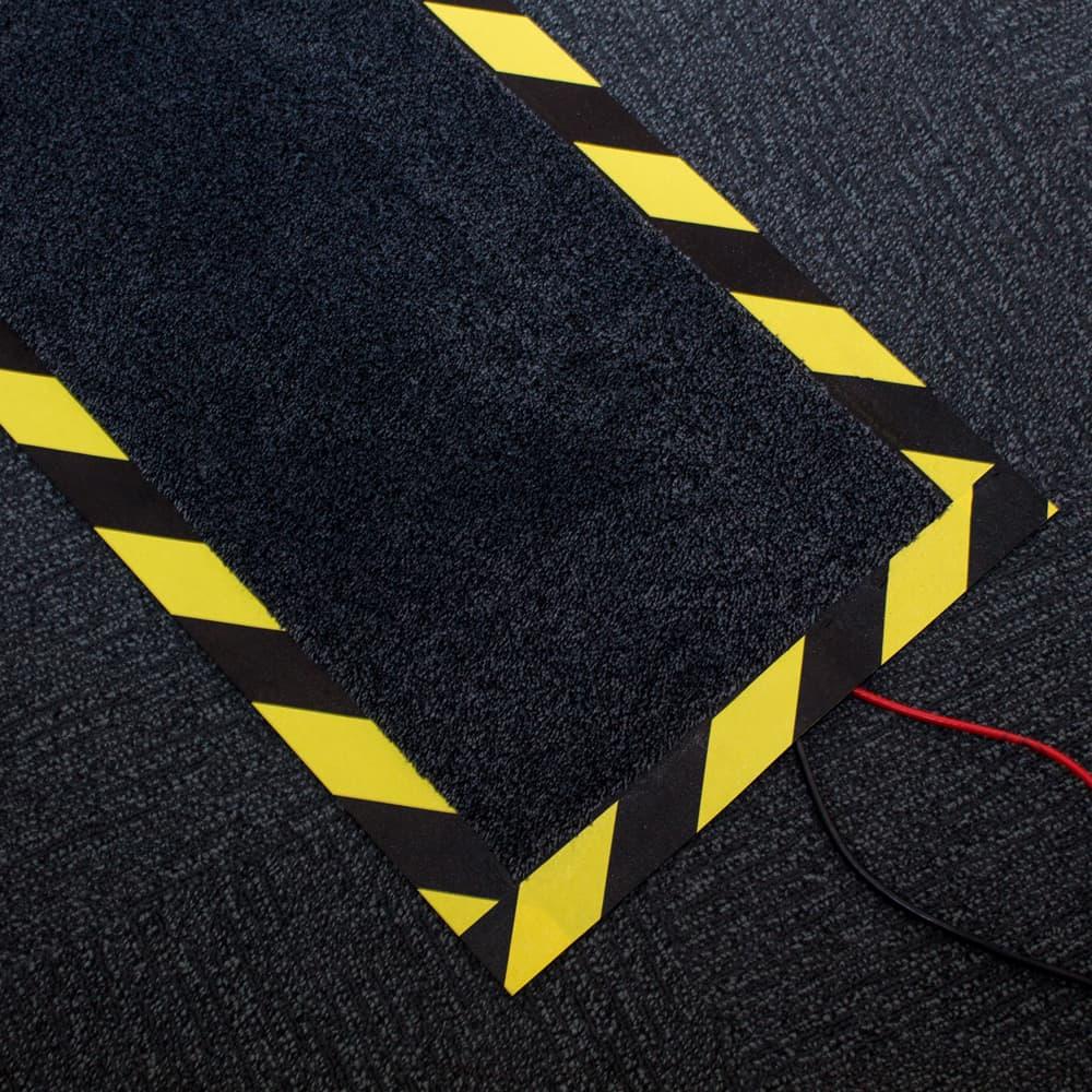 mata osłaniająca kable na popdłodze