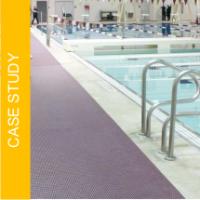 Jak zapobiec poślizgnięciom na basenie wewnętrznym, który używają uczniowie, seniorzy i osoby niepełnosprawne?