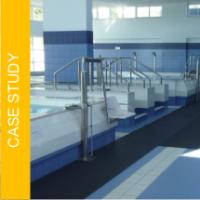 Jak zapewnić bezpieczną i komfortową posadzkę na terenie basenu w ośrodku fizjoterapeutycznym, używanym przez osoby starsze, niepełnosprawne lub z urazami?