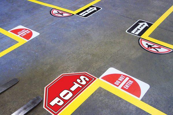 znak stopu, skrzyżowanie na hali, ciągi komunikacyjne, oznakowanie podłogowe, znaki podłogowe