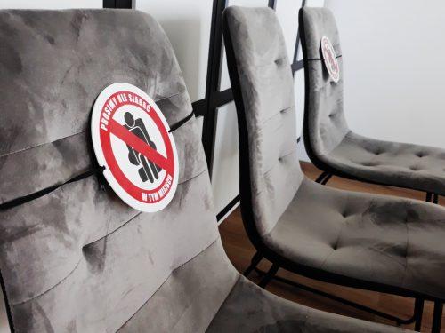 tabliczki na siedzenia koronawirus, znaczniki na krzesła covid-19