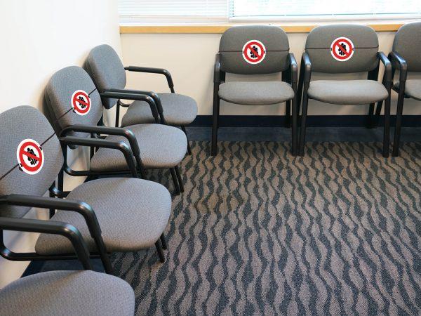 znaczniki na krzesła koronawirus, co drugie miejsce koronawirus, co drugie siedzenie dystans, koronawirus kino, koronawirus teatr, koronawirus poczekalnia oznakowanie
