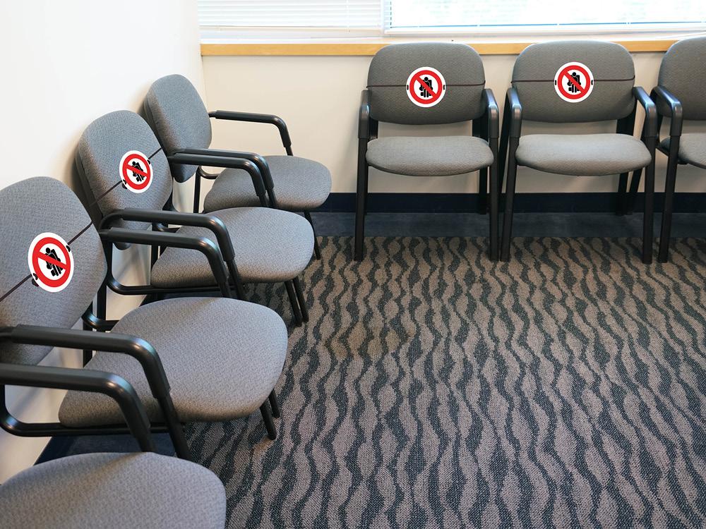 zachowaj-dystans-koronawirus-krzesla
